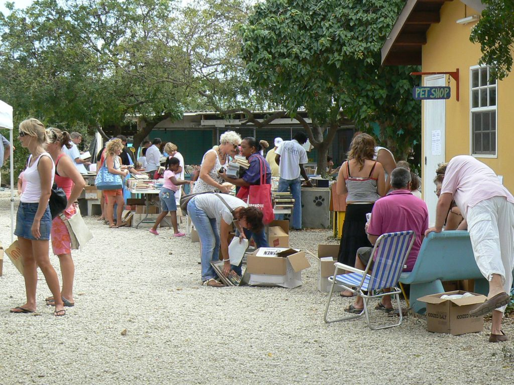 Book- and fleamarket at the shelter